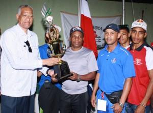 El ingeniero Bienvenido Solano, presidente de la Federación Dominicana de Boxeo, premia a la selección nacional A, segundo lugar.