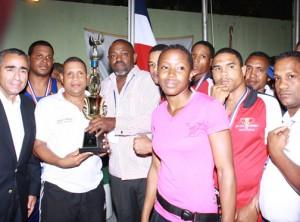 Ariel Acosta, presidente de la Asociación de Boxeo de Santiago, galardona al equipo local, ganadores del tercer lugar.