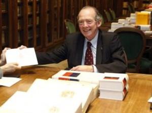 El director de la Academia, José Manuel Blecua, entregó a la representante de la editorial Espasa, Ana Rosa Semprún, el contenido completo del Diccionario en un dispositivo electrónico. (EFE)