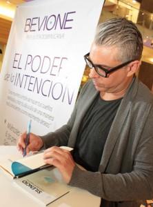 El escritor argentino Julio Bevione.